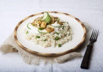 ινδικό κοτόπουλο με κάρυ και αρωματικό ρύζι μπασμάτι γάλα καρύδας ινδική κουζίνα συνταγή