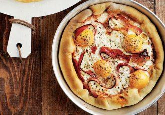 πίτσα με μπέικον και αυγό