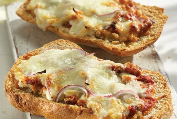 Πίτσα τσιαπάτα µε χαλούµι και χωριάτικο λουκάνικο