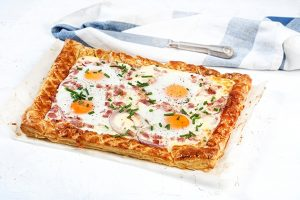 αυγά μάτια στο φούρνο με μπεικον και σφολιατα