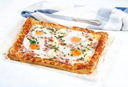 Αυγά με μπέικον και κασέρι σε τραγανή σφολιάτα-featured_image