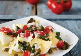 σαλάτα με αυγά και ντομάτα σαν χωριάτικη αυγοσάλατα καλοκαιρινή και λαχταριστή