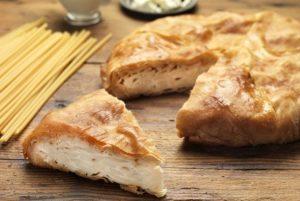 χωριάτικη μακαρονόπιτα με γάλα, αυγά και γιαουρτι παραδοσιακή πιτα με χωριάτικο φύλλο