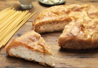 χωριάτικη μακαρονοπιτα με γάλα, αυγά και γιαουρτι παραδοσιακή πιτα με χωριάτικο φύλλο