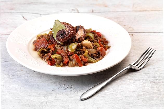 Φακές με χταπόδι και λαχανικά στη γάστρα-featured_image
