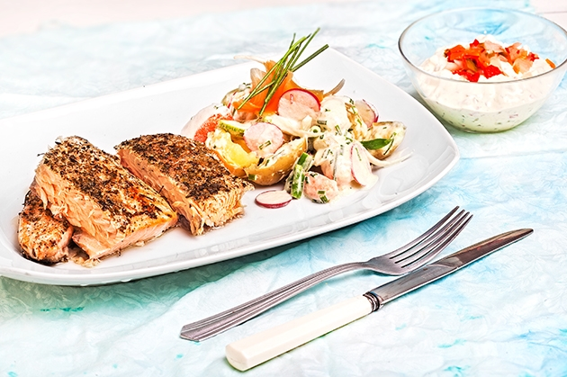 Σολομός ψητός με λαχανικά και σάλτσα ταρτάρ