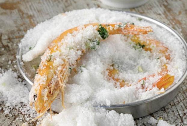 Γαρίδες ψημένες σε κρούστα αλατιού