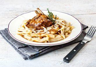 μπρούσκο κατσικάκι με σπιτικά σκιουφιχτά ζυμαρικά μακρονια στακοβούτυρο και χαλούμι συνταγη