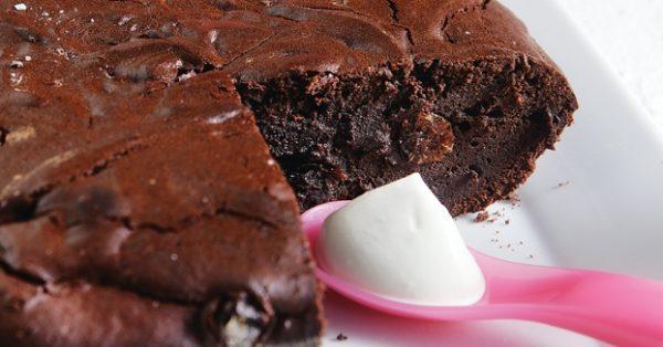 κέικ κατσαρόλας με σταφίδες και σοκολάτα