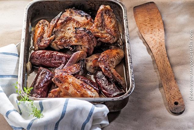 Κοτόπουλο και λουκάνικο στο ταψί