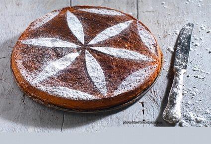 Αφράτη αμυγδαλόπιτα κέικ-featured_image
