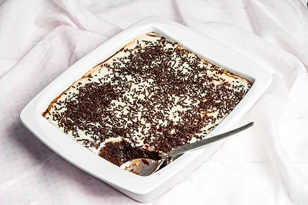 μαμαδίστικο γλυκό ψυγείου λευκή σοκολάτα βανίλιας παντεσπάνι