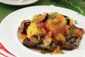 Μελιτζάνες με πατάτες κοκκινιστές της Αργυρώς Μπαρμπαρίγου-featured_image