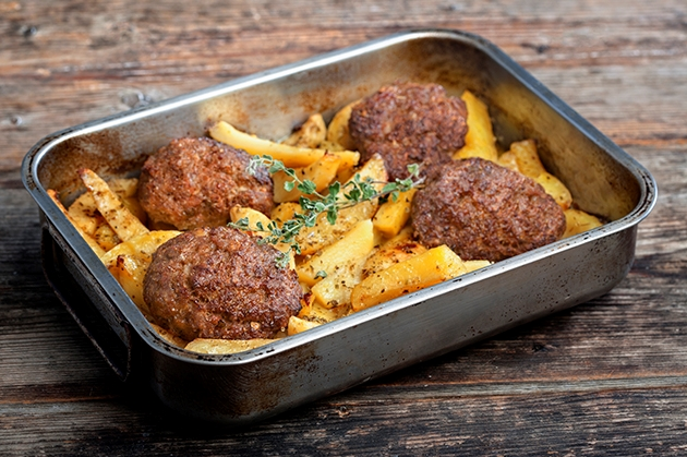 Μπιφτέκια αφράτα με πατάτες στο φούρνο