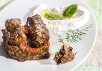 ντολμαδάκια στο φούρνο με σαλτσα ντοματα με κουκουναρι λαδερα νηστισιμα συνταγη αργυρώ