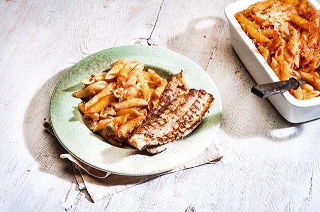 Πένες με κόκκινη σάλτσα και τραγανή πανσέτα στο φούρνο