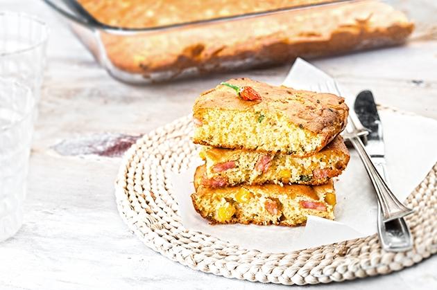 Πικάντικη κασερόπιτα με καλαμπόκι και λουκάνικο