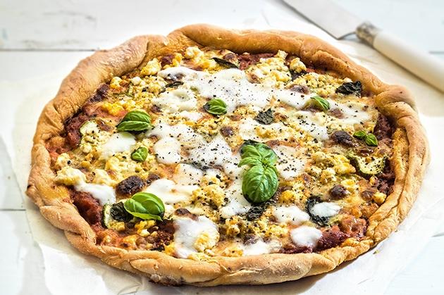 Πίτσα με κολοκυθάκι, σαλάμι και φέτα