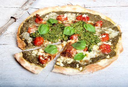 Πίτσα με σάλτσα verde, ψητά ντοματίνια με μυρωδικά και φέτα-featured_image