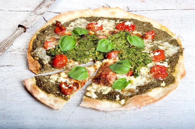 Πίτσα με σάλτσα verde, ψητά ντοματίνια με μυρωδικά και φέτα