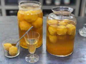 λικέρ πορτοκάλι με ολόκληρα πορτοκάλια και κονιάκ