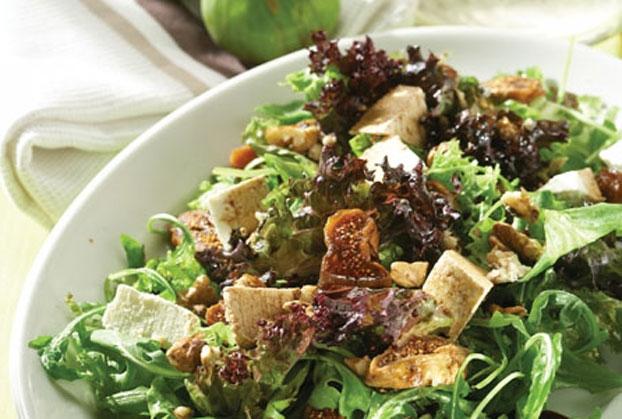 Πράσινη σαλάτα με σύκα και καρύδια