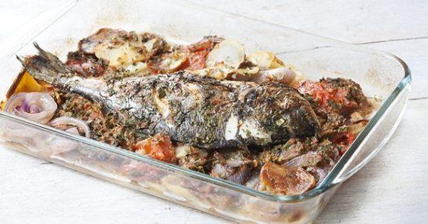 ψάρι στο φούρνο με πατάτες κρεμμυδια και ντοματα