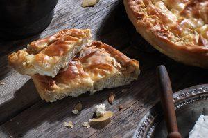 ρουμελιώτικη τυρόπιτα με αυγά και γάλα παραδοσιακη πίτα συνταγη