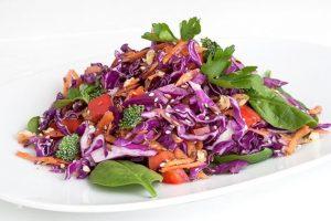 αντιοξειδωτική σαλάτα με κόκκινο λάχανο σπανακι αβοκαντο μπροκολο συνταγή αργυρω