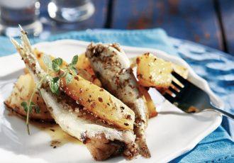ψητές σαρδέλες στο φούρνο με πατατες φουρνου