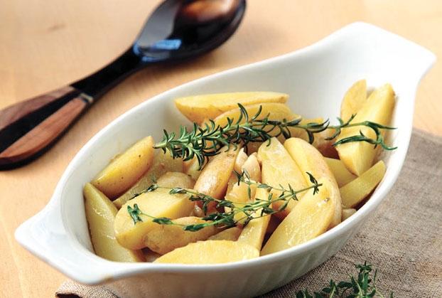 Σκορδάτες πατάτες με βότανα