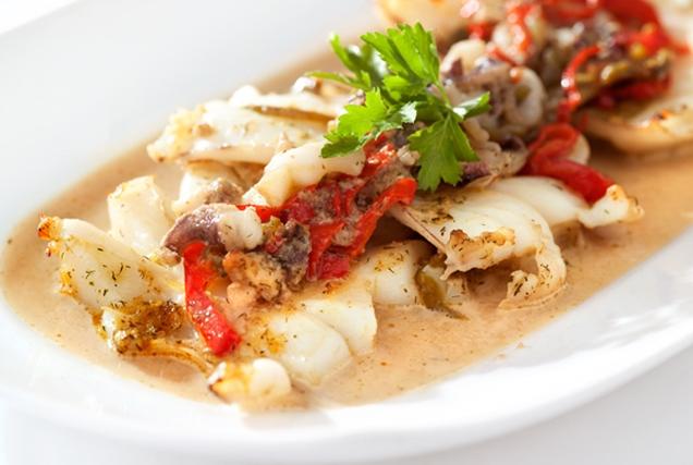 Σουπιά στο φούρνο με πιπεριές