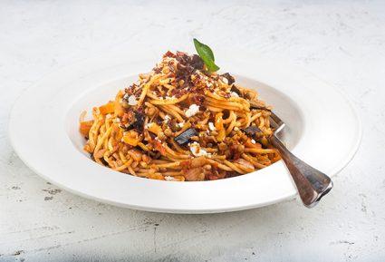 Σπαγγέτι με σαλτσα Basillico, ψητές μελιτζάνες, φακές και τραγανό μπέικον-featured_image