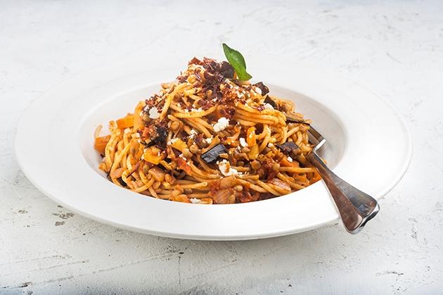 Σπαγγέτι με σαλτσα Basillico, ψητές μελιτζάνες, φακές και τραγανό μπέικον