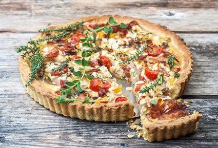 Αλμυρή τάρτα λαχανικών με μπέικον και τυριά-featured_image