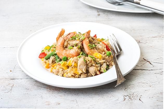 Τηγανητό ρύζι με κοτόπουλο, γαρίδες και καλοκαιρινά λαχανικά