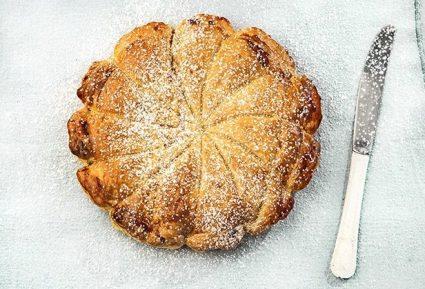 Γλυκιά πίτα με σφολιάτα, κρέμα αμυγδάλου και ροδάκινα-featured_image