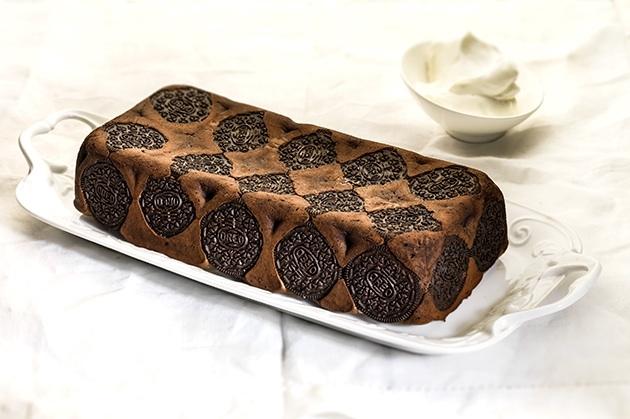 Κέικ με υγρή σοκολάτα και γεμιστά μπισκότα