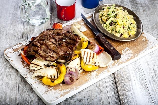 Χοιρινές μπριζόλες με ψητά λαχανικά, ταλαγάνι και κους κους