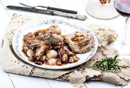 Κρασάτο κοτόπουλο κατσαρόλας (Coq au vin)-featured_image