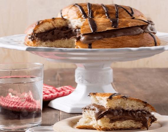 Τσουρέκι γεμιστό με σοκολάτα και πραλίνα