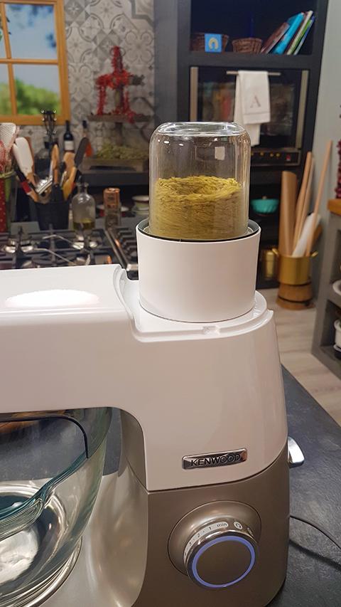 Προσαρμόζουμε το μύλο μπαχαρικών στην κουζινομηχανή και αλέθουμε τα φιστίκια Αιγίνης.