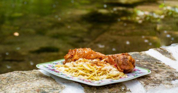 παραδοσιακός κοκορας κοκκινιστός στην κατσαρόλα παραδοσιακή συνταγή Νάξος