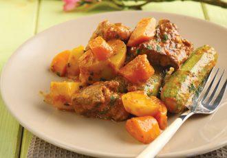 κοκκινιστο μοσχάρι με κολοκυθάκια καροτα και πατάτες στην κατσαρόλα