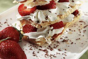 Πανεύκολη τούρτα μιλφέιγ με σαντιγί και φράουλες-featured_image