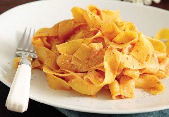 παπαρδέλες με κόκκινη σάλτσα