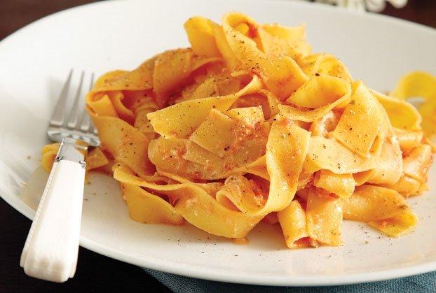 Παπαρδέλες µε σάλτσα ντομάτας και ανθότυρο