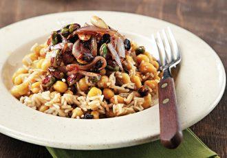 Ρεβύθια με καστανό ρύζι, σταφίδες και ξηρούς καρπούς της Αργυρώς Μπαρμπαρίγου-featured_image