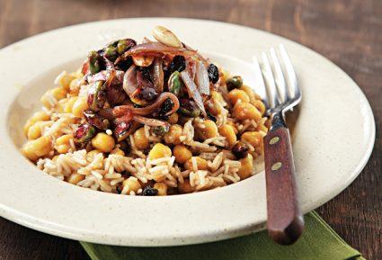 Ρεβύθια με καστανό ρύζι, σταφίδες και ξηρούς καρπούς-featured_image