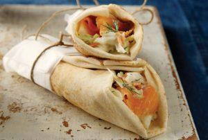 Αραβική πίτα με σολωμό και λαχανικά